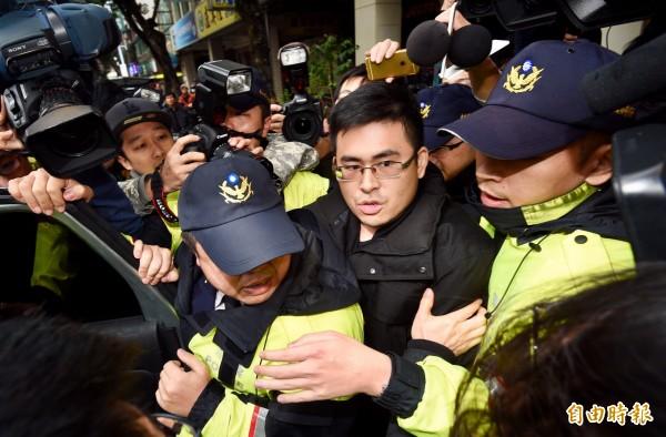 新黨青年軍王炳忠等人19日被檢調搜索後帶回問話及調查,20日凌晨無保請回。(資料照,記者羅沛德攝)
