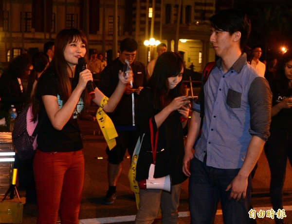 吳錚(右)、賴品妤(左)帶領群眾持續在總統府前抗爭。(記者王藝菘攝)