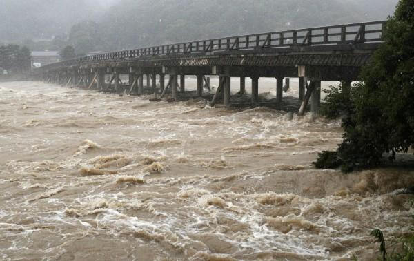 暴雨下的京都桂川。(歐新社)