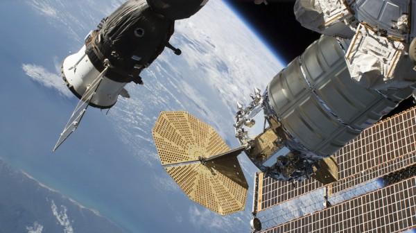 停在國際太空站的俄羅斯聯合號太空船日前發現一個細微裂縫,導致太空站氧氣外洩及壓力下降。俄方指出,漏洞可能是蓄意破壞。(美聯社)