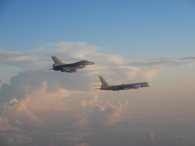 中國「轟六」轟炸機(右)去年進行遠海長訓,我國F-16戰機(左)升空監控。(圖由國防部提供)