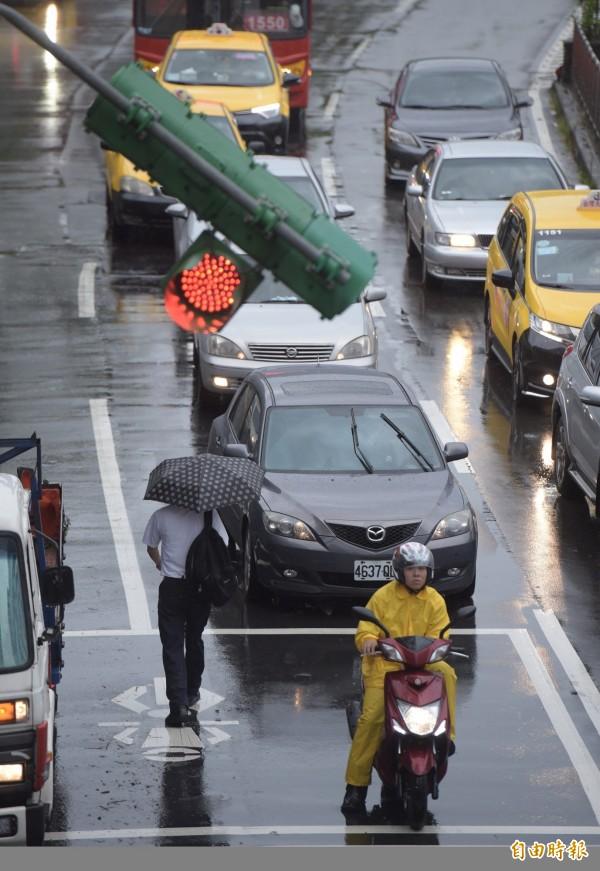 瑪莉亞颱風讓北北基三市脫鉤,有網友內心糾結到底要不要「自行斟酌上下班」。圖中通勤民眾與本新聞無關。(記者黃耀輝攝)