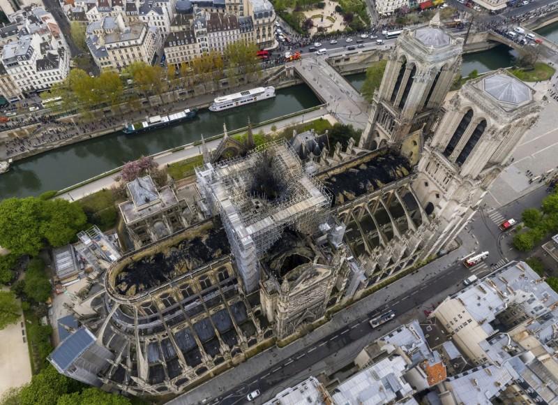 聖母院慘遭祝融,屋頂及尖塔都被燒毀。(美聯社)