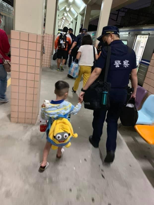 警察牽著小朋友的背影照被傳到網路上後,不少網友大讚警察好暖。(圖取自臉書社團《爆廢公社》)