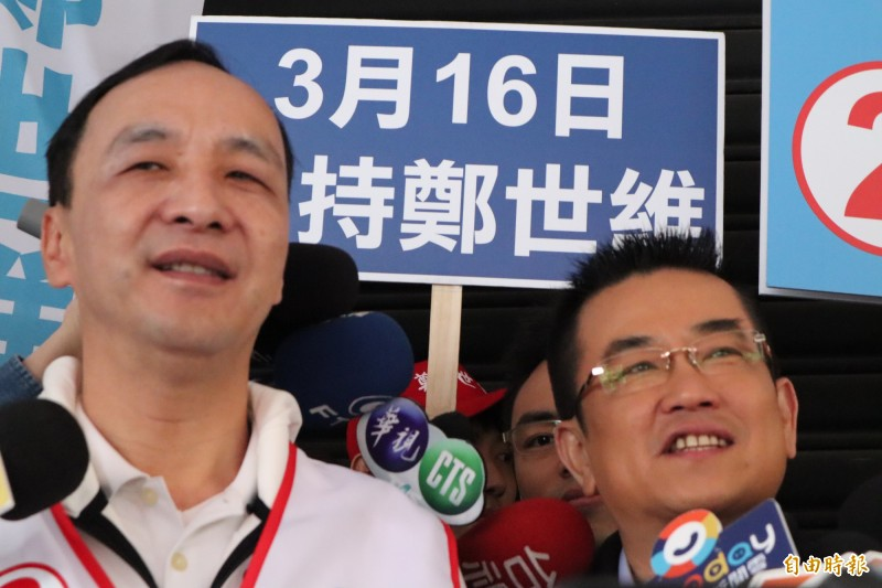 謝建平認為,鄭世維的知名度慘輸「台灣歐吉桑」余天,是其敗選主因。圖為前新北市長朱立倫為鄭世維助選。(資料照)