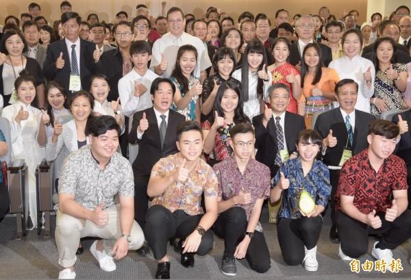 行政院長賴清德(中左2)20日出席「2018年新南向國家華校校長會議」開幕典禮,致詞後與來自泰國、緬甸等7個國家華校校長等貴賓合影留念。(記者黃耀徵攝)