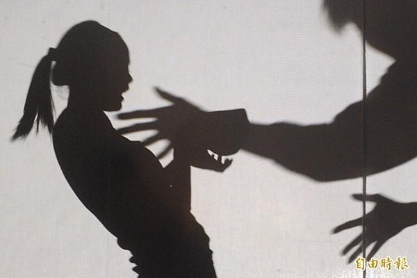 新北市60歲黃姓計程車司機,4年前搭載一名弱智的28歲女客人小柔(化名),將她載到堤岸邊強行撫胸及下體猥褻。(情境照)