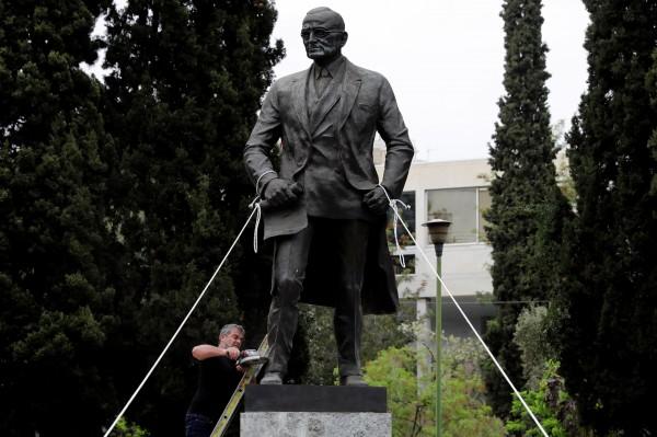示威民眾以兩條繩索纏住杜魯門雕像的兩支手,並試圖以機器切斷雕像的腳,以抗議美英法三國聯手攻擊敘利亞。(路透)
