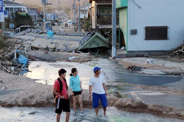 日本暴雨後許多地區面臨斷水斷電,海上自衛隊決定開放護衛艦以供災民入浴。(歐新社)