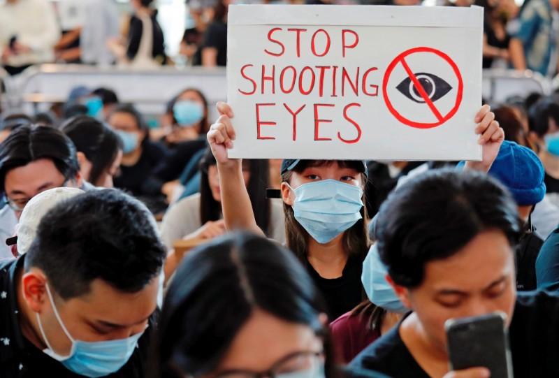 反送中示威者(圖中)在香港國際機場發起「警察還眼」抗議行動,中國官媒《環球時報》總編輯胡錫進表示此舉「要挾不了國家」,因為該出手的時候,中國隨時能滅了他們。(路透)