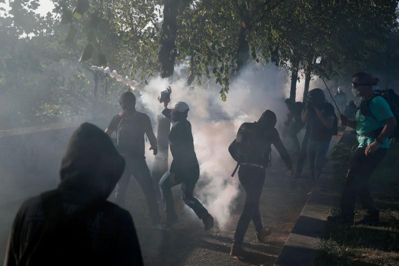 「黑群」無政府主義抗議者趁亂混入氣候變遷遊行。(法新社)