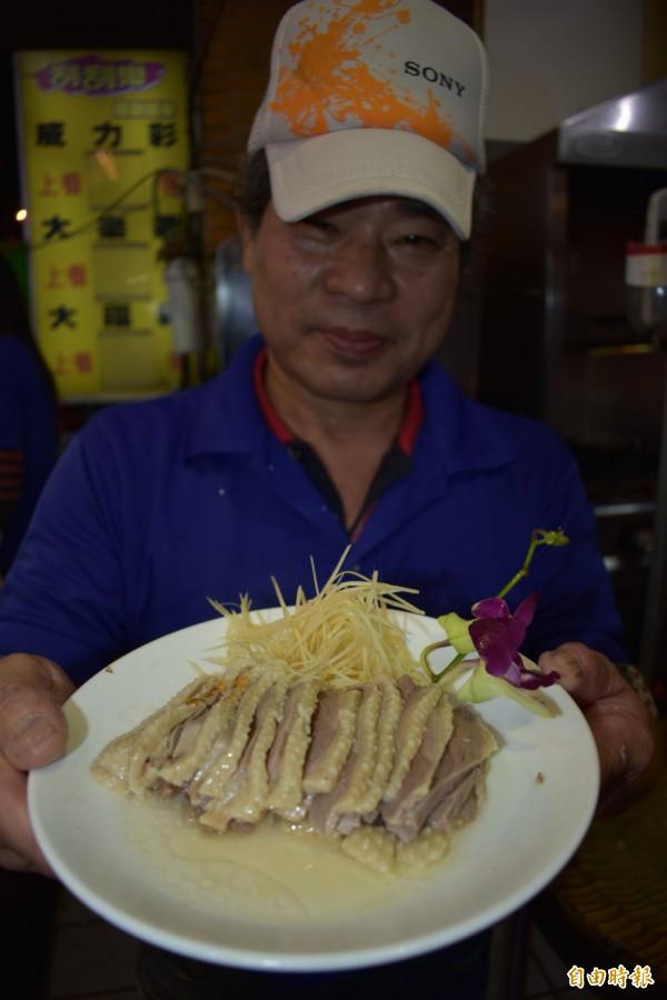 水煮鵝肉的料理手法簡單,卻是考驗耐心。(記者張瑞楨攝)