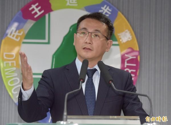 民進黨發言人鄭運鵬16日轉述選對會會議結論,宣布不再禮讓柯文哲,將自提台北市長人選。(記者黃耀徵攝)