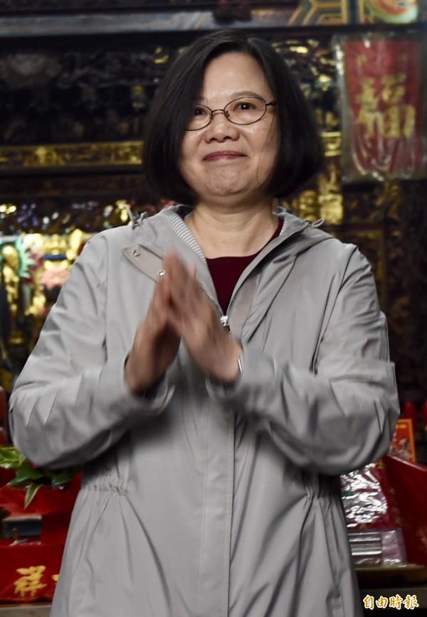 今天是大年初一,許多廟宇抽出國運籤,總統蔡英文今天表示,國家的運勢取決於全體國民,新的一年只要上下一心,勇猛精進,台灣一定就會好運向前行。(記者簡榮豐攝)