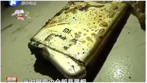 小米手機爆炸時並無過度使用,且沒有在充電。(圖擷取自新浪網)