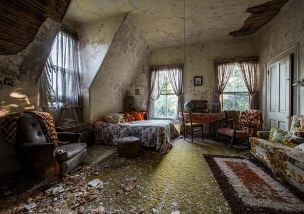 屋內油漆剝落、臥室的天花板有些倒塌。(圖擷取自鏡報)