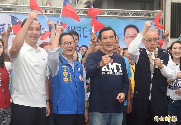 國民黨主席吳敦義(右一)評估勝選的標準,表示在既有執政的縣市基礎上,要再多贏幾個。圖為吳敦義等藍營天王出席丁守中大安、文山區懇託造勢大會。(記者廖振輝攝)