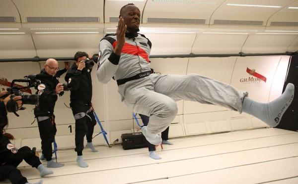 世界最速男波爾特受邀前往無重力飛機,更在上頭與太空人比賽跑步。(法新社)