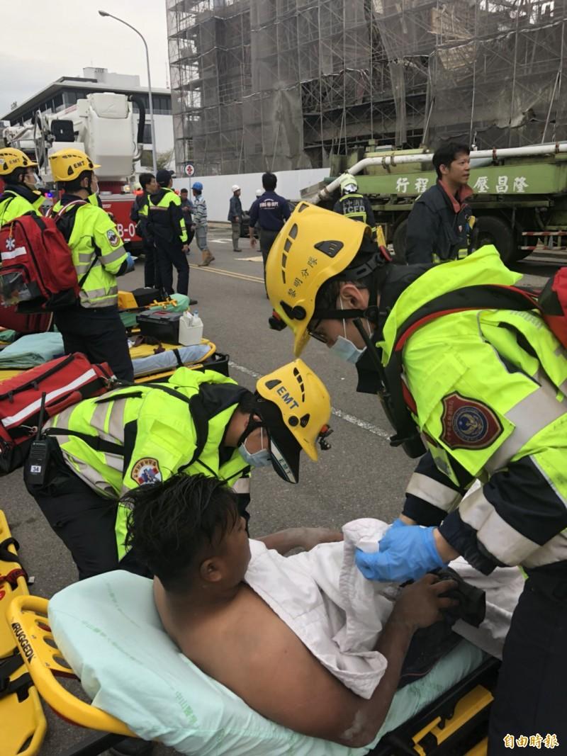 消防人員將林男送醫。(記者許國楨攝)