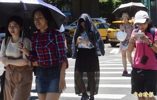 明天溫度在33度至36度,紫外線指數也全落在「過量」與「危險」級別,而下午也易有較大雨勢的午後雷陣雨,出門要記得攜帶雨具,做好防曬與防止熱傷害的準備。(資料照)
