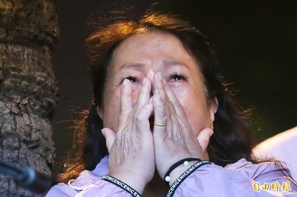 A supporter of Democratic Progressive Party Kaohsiung mayoral candidate Chen Chi-mai cries as the election results come in at Chen's election campaign headquarters in Kaohisung yesterday. Photo: CNA