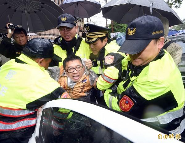 警方將帶隊的青年部主任張兆林逮捕。(記者方賓照攝)
