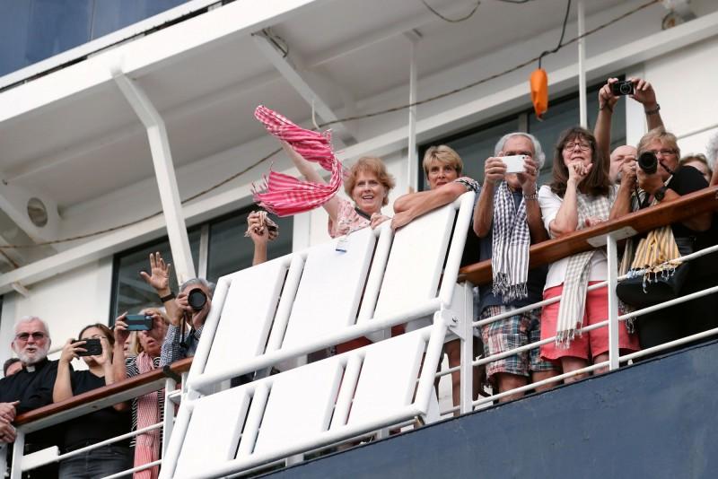 等待下船的乘客在郵輪上歡欣鼓舞。(路透)