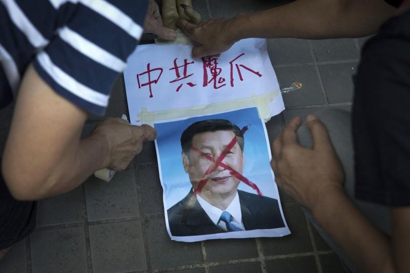 知名歷史學者劉仲敬認為,香港要獲得自由,中國共産黨垮台是重點。圖為2017年港人抗議中國治港20週年舉辦遊行示威照。(美聯社)