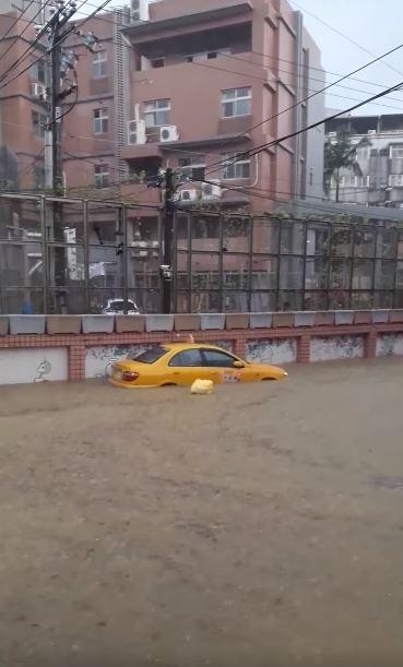 基隆市復興路212巷淹水情況嚴重。(圖擷取自臉書「爆料公社」)