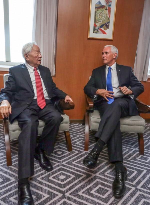 美國副總統彭斯(右)上午在結束大會發言後,下午與張忠謀進行雙邊對話。(擷自外交部推特)