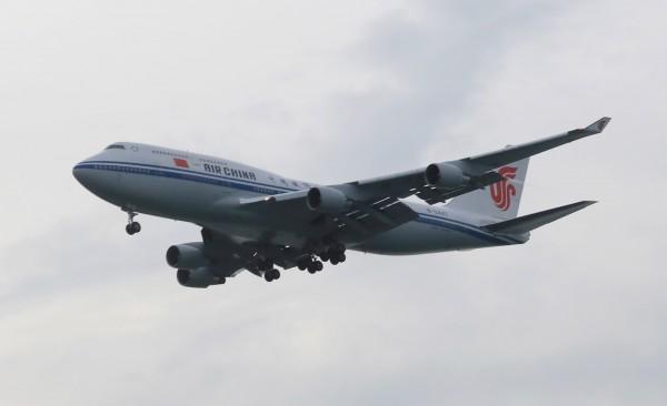 圖為中國國航CA62班機,12日晚間6時左右飛抵新加坡。(歐新社)