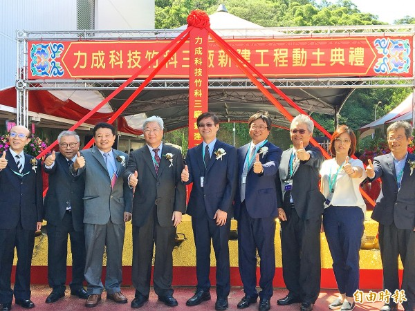 Powertech Technology Inc chairman D.K. Tsai, fourth left, and guests yesterday attend a groundbreaking ceremony for its third plant at the Hsinchu Science Park. Photo: CNA