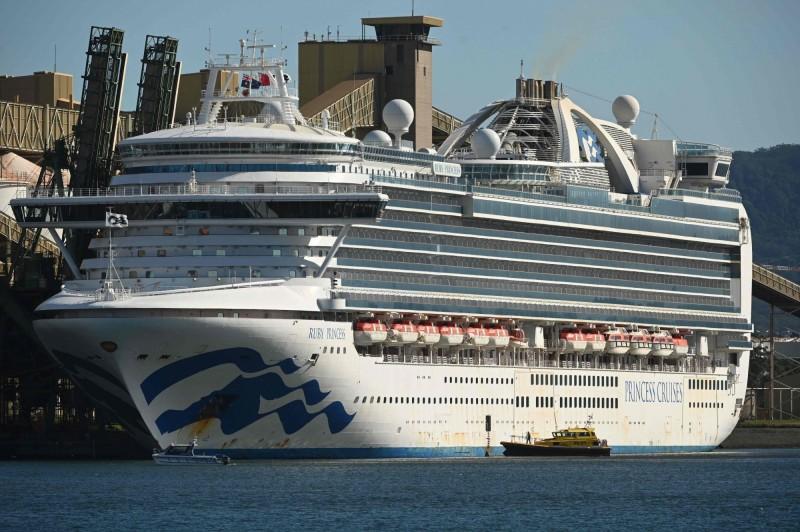 紅寶石公主號郵輪(見圖)在海上滯留幾個星期後,獲准停泊在雪梨南方80公里處的金布勒港(Port Kembla)。(法新社)