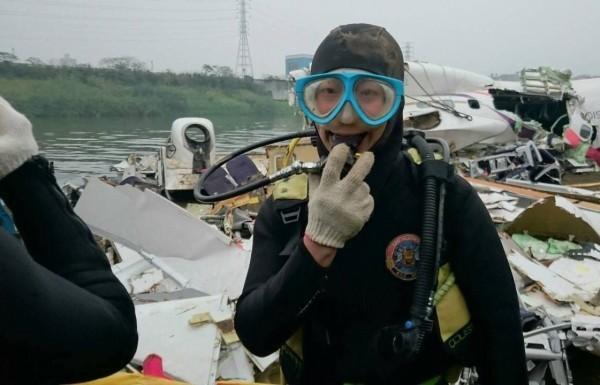 國防部在臉書粉絲團PO出水下作業大隊的潛水員,被專業人士點出裝備太爛,連乾式防寒衣都沒有,沒想到竟被國防部隱藏留言,國防部發言人羅紹和更指「派不上用場」。(圖擷取自國防部發言人臉書)