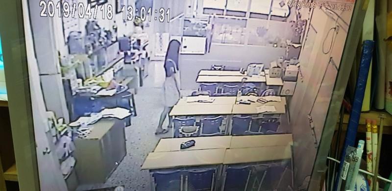 地震發生時,花蓮1間補習班學生鎮定地迅速躲到桌下,教師不動聲色地站在旁邊確保學生安全。(補習班提供)