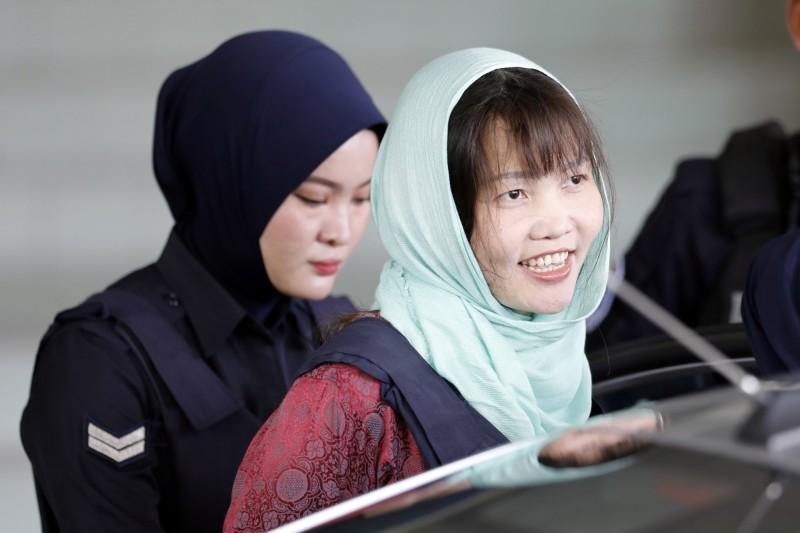 捲入金正男毒殺案的越南籍女子段氏香(右)下個月獲釋。她的律師表示,段現在心情不錯,預計一出獄就飛回越南。(美聯社,資料照)