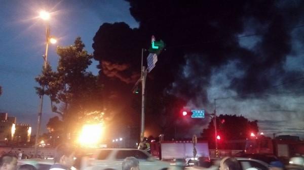 泰豐輪胎廠的火勢從下午一路延燒到晚上。(圖擷自我是中壢人臉書)