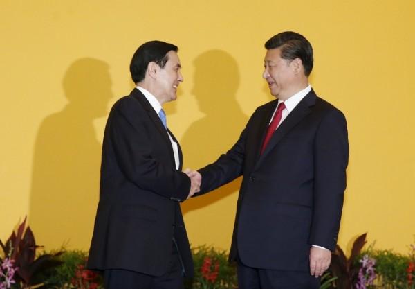 總統馬英九今日下午3點在新加坡與中國領導人習近平會面,香格里拉飯店現場擠爆各國媒體,馬習兩人握手長達近兩分鐘。(路透社)
