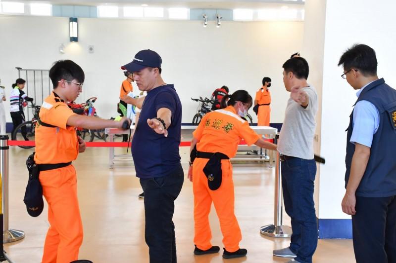 非洲豬瘟疫情蔓延,日前香港也傳出淪陷,海委會對此表示,「我們一直都是用最高標準在檢查」。(圖取自海洋委員會臉書粉絲專頁)