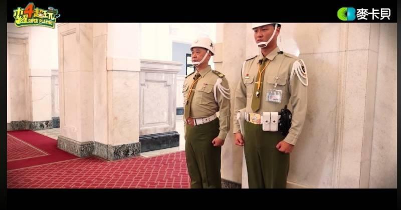 「木曜4超玩」邰智源(左)擔任一日憲兵。(翻攝自youtube)