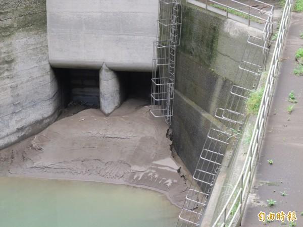 內洞的羅好壩淤積嚴重。(記者黃昭國攝)