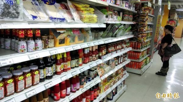 傳言新政府將放寬日本福島等五縣食品進口來台。圖為賣場商品。(資料照,記者方賓照攝)