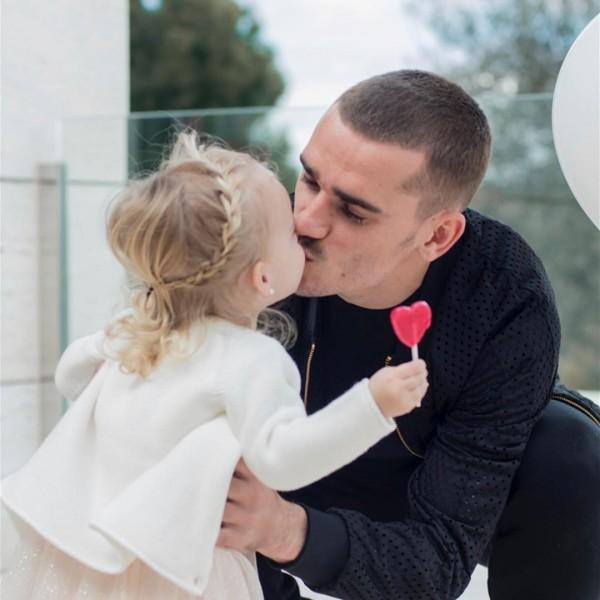 法國隊小王子格里茲曼,跟寶貝女兒Mia親親。(取自EriKA Choperena IG)