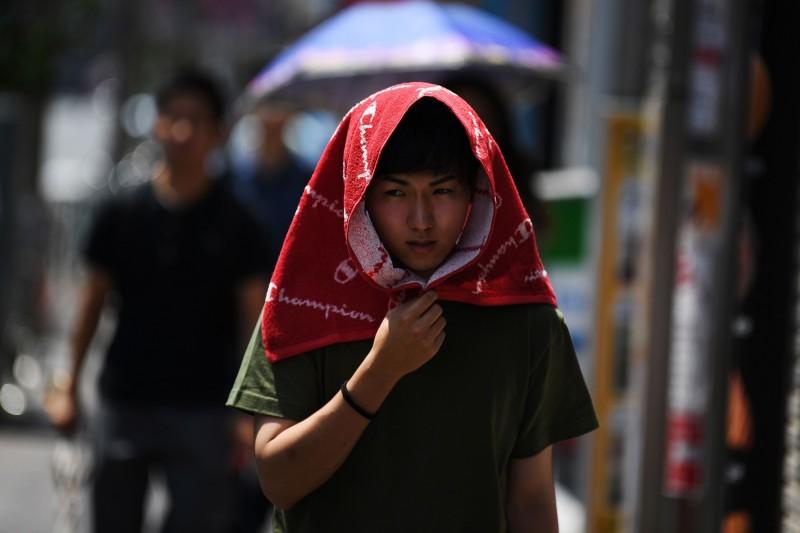 日本熱浪來襲,當局內政部指稱,在短短一週內,約有超過1.8萬人因中暑送醫,更有57人因中暑嚴重死亡。(法新社)