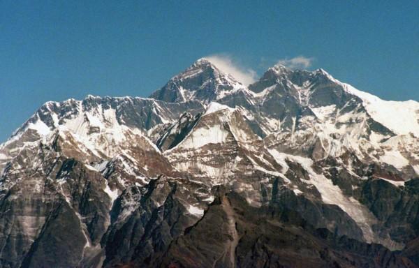 聖母峰的希拉瑞台階日前傳出崩塌的消息,尼泊爾當局澄明,希拉瑞台階完好如初,由於岩石表面覆蓋大量的雪,因此有的人可能認為它崩壞了。(資料圖 歐新社)