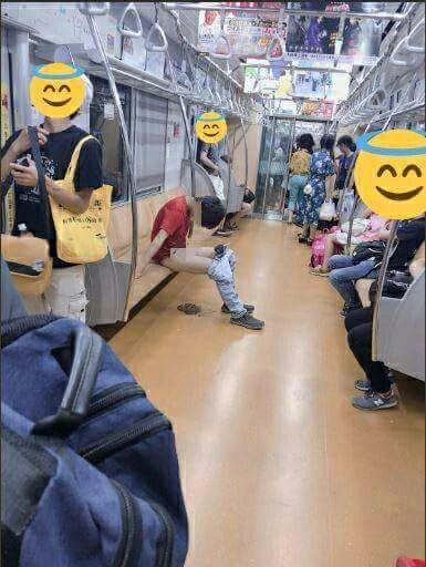 男子在電車上當眾脫褲拉屎,車上乘客都躲的遠遠的。(圖擷取自「DECADE10KENN」推特)