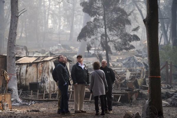 川普前往坎普野火災區視察,認為森林管理不當是災難主因。(路透)