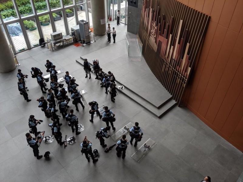 警察持槍進入立法會大樓,遭議員毛孟靜批評是「踐踏立法會尊嚴」。(擷取自Claudia Mo/毛孟靜臉書粉絲專頁)