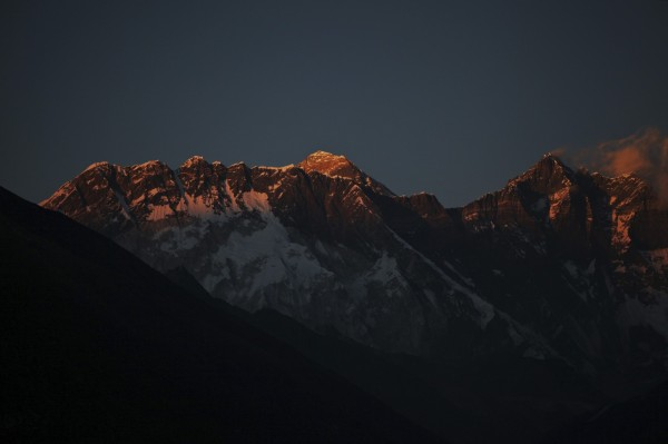 當地時間週二在聖母峰上4號基地營帳篷內尋獲4具遺體,今年的罹難人數已增加至10人。(美聯社)