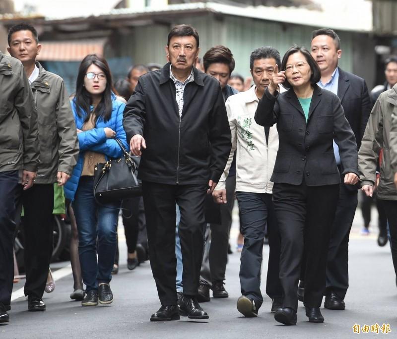 新北、彰化、台南、金門四縣市今進行立委補選,被視為2020總統大選前哨戰。圖為總統蔡英文陪同余天投票。(記者劉信德攝)